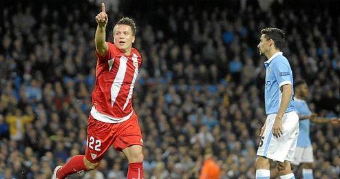 Konoplyanka celebra su gol en el Etihad Stadium.