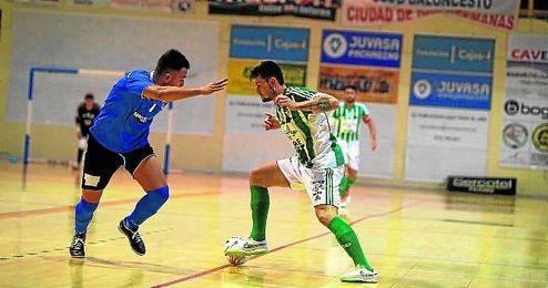 Juanillo encara con el esférico a uno de los rivales melillenses de ayer, en el Francisco de Dios Jiménez.