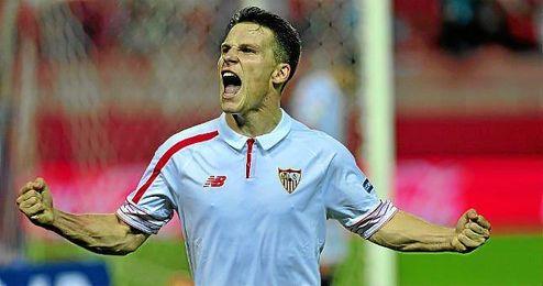 Gameiro, jugador del Sevilla, tras marcar un 'hat trick'.
