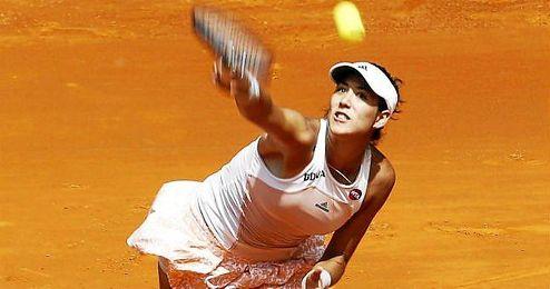 Garbiñe Muguruza sirviendo una bola en el Open de Madrid.