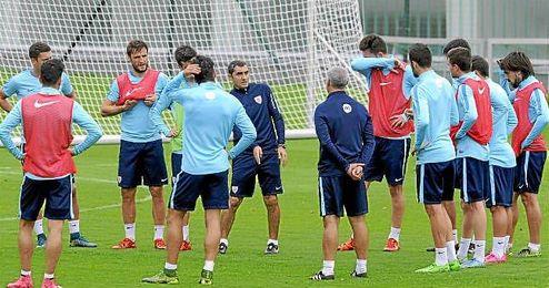 Valverde y sus jugadores, en un entrenamiento.