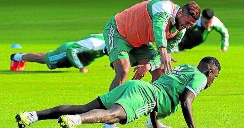 Tarek bromea con su compañero N´Diaye en un entrenamiento.