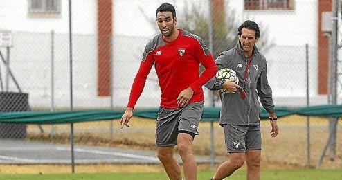 Rami, en un entrenamiento, bajo la atenta mirada de Emery.