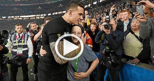 (VÍDEO) Un jugador de rugby regala a un niño su medalla de campeón