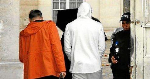 Benzema, entrando en la comisaria de Versalles.