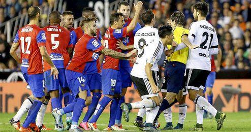 Los jugadores de Valencia y Levante se encaran durante el partido denunciado.