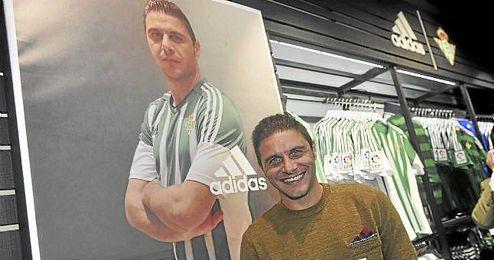 El jugador en la tienda oficial del Betis.