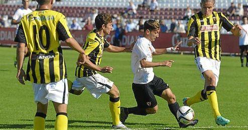 Juanje busca la jugada individual en el Sevilla Atlético-San Roque de Lepe.