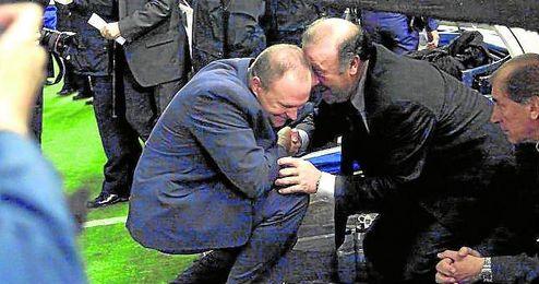 Imagen de archivo en la que Pepe Mel saluda efusivamente a Vicente del Bosque, con el que mantiene una muy buena relaci�n.