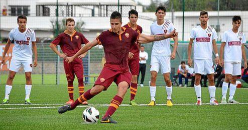 Lorenzo Vasco (Roma) tira un penalti.