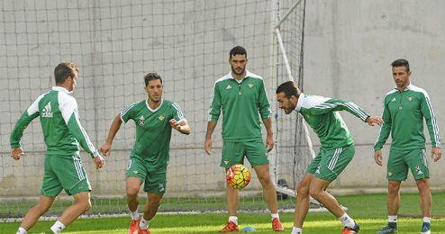 Xavi Torres pugna por un balón en un rondo en presencia de Van der Vaart, Cejudo, Molina y Rubén (de izquierda a derecha).