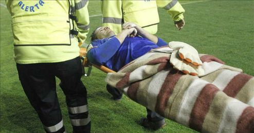 El portero del Rayo Vallecano Toño es retirado del campo durante el partido de Liga en Primera División ante el Granada, disputado en el estadio de Vallecas.