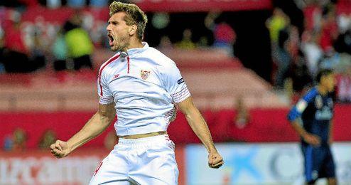 Fernando Llorente celebra su tercer gol con la elástica del Sevilla, marcado el domingo contra el Real Madrid.