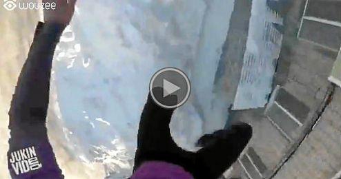 (Vídeo) Salta desde un quinto piso y sale ileso