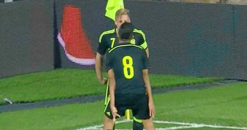 Ceballos y Deulofeu celebran el tercer gol de España.