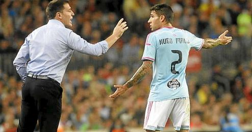Hugo Mallo recibiendo las órdenes de Berizzo.