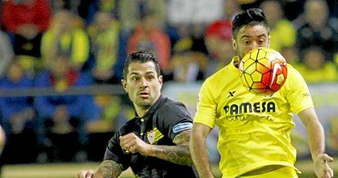 Jaume Costa en un bal�n dividido con Vitolo.