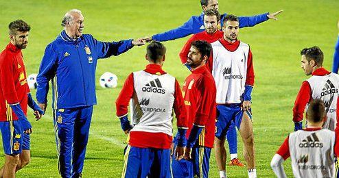 Del Bosque, técnico de la roja, dirigiendo el entrenamiento.