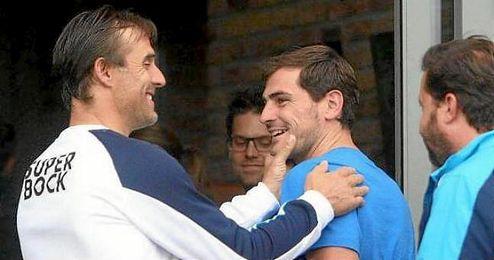 Julen Lopetegui saluda a Casillas.