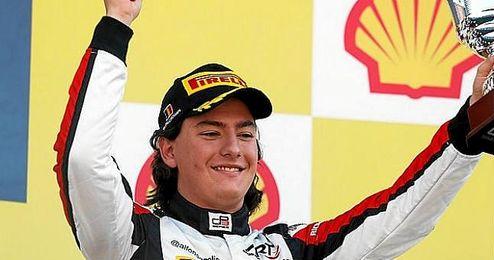 Está considerado como uno de los pilotos jóvenes más prometedores de su país.