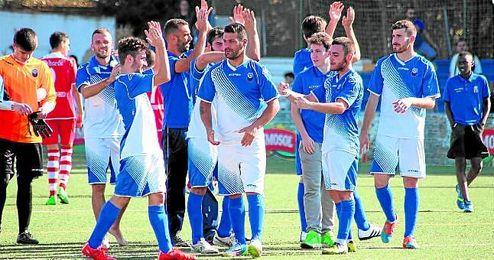 Los jugadores del Nervión celebran su brillante victoria ante el Espeleño (3-2).