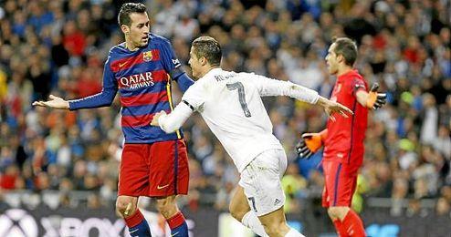 Lance entre Busquets y Ronaldo durante el Real Madrid-Barcelona.