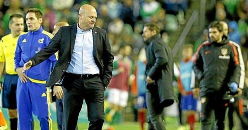 Pepe Mel se lamenta durante el partido ante el Atl�tico.