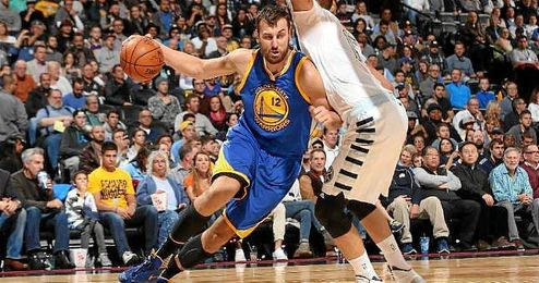 Lance de juego entre Golden State Warriors y Denver Nuggets.