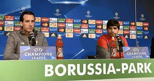 Emery, junto a Banega en sala de prensa.