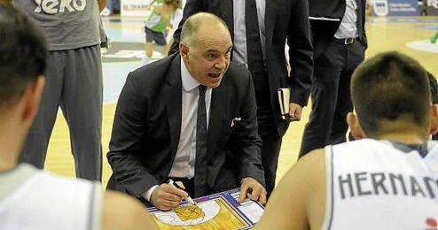 Pablo Laso dando instrucciones a sus jugadores.