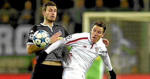 Gameiro pugna por el balón en el Borussia Park.