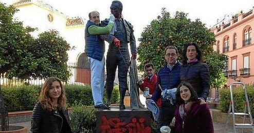 Joaqu�n Moeckel y el grupo de aficionados procediendo a la limpieza de la escultura.