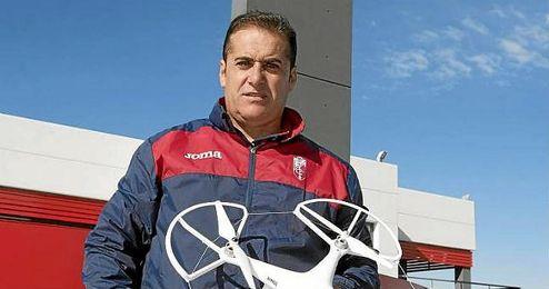 El técnico del equipo muestra su dron en la Ciudad Deportiva del Granada.