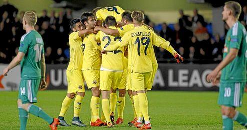 Los jugadores del Villarreal celebran el tanto de Bruno.