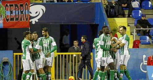 Los jugadores del Betis celebran el gol de Rubén.