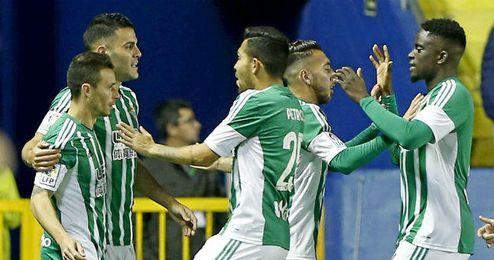 El Betis celebra el gol de Rub�n Castro en el Ciudad de Valencia.