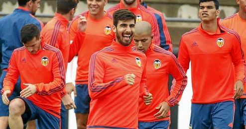 El centrocampista del Valencia se encuentra con molestias en el gemelo derecho que le convierten en duda para ma�ana.