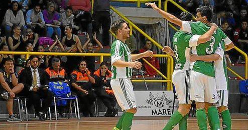 Los jugadores del Real Betis FSN celebra uno de los goles.