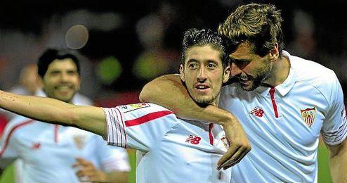 Escudero celebra su tanto, junto a �l, Fernando Llorente.