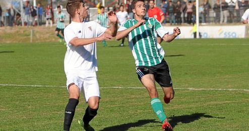 El goleador verdiblanco Nieto es marcado por el internacional sevillista Amo