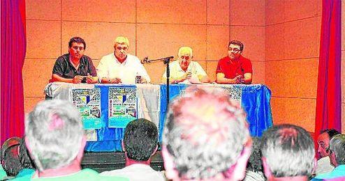 Esteban Molina (segundo por la izquierda), en la asamblea informativa astigitana.