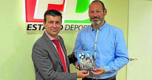 Joaquín Adorna, Director de ED y autor del prólogo del libro, junto a uno de los autores de la obra, Ignacio Navarro.
