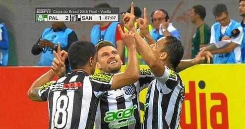 Ricardo Oliveira celebra el gol que fuerza los penaltis junto a sus compa�eros.