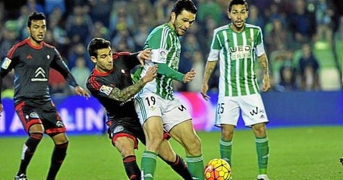 Jorge Molina, goleador ante el Celta, se zafa de la presión de Hugo Mallo