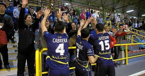 Imagen del equipo celebrando la victoria con los espectadores.