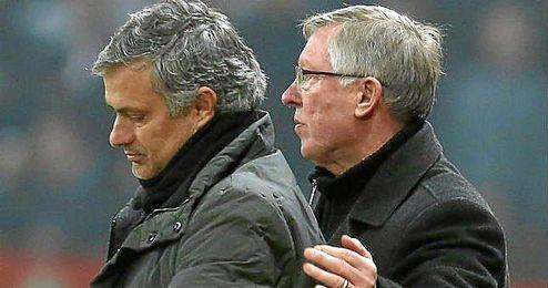 Ferguson y Mourinho, juntos durante un partido de la Premier League.
