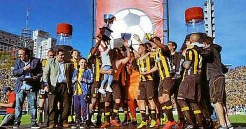 Los jugadores de Peñarol celebran el título.