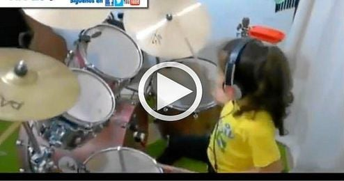 (VIDEO) La niña que asombra con la batería