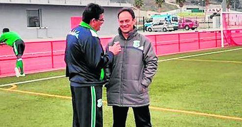 Gil dialoga con S�nchez Herrera, su segundo en la selecci�n.