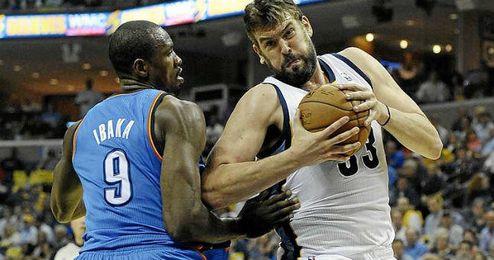 Los españoles Ibaka y Marc Gasol, durante su duelo particular en la NBA.